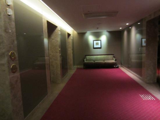 Haeundae Centum Hotel: where I wait for the elevator 