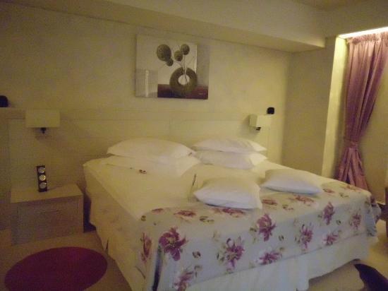 Ioana Hotel: the bed