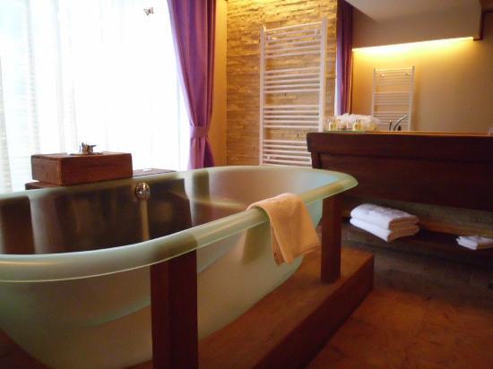 Ioana Hotel: the bathroom