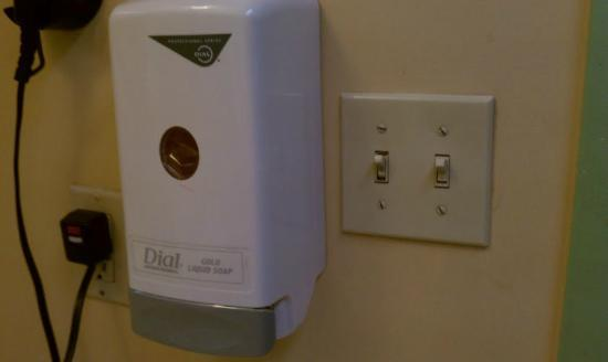 El Camino Lodge: Cheap soap/hair shampoo dispenser and dirty light switch near sink. They refunded my stay.