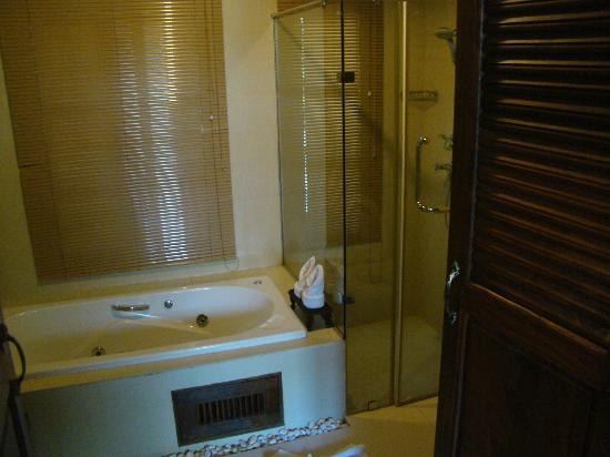 Shewe Wana Suite Resort: Bath