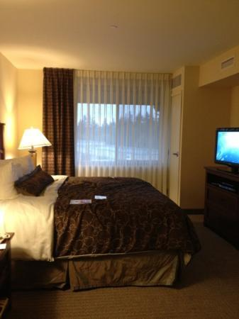 Staybridge Suites Seattle North-Everett: king room