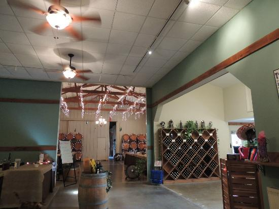 Knapp Winery & Vineyard Restaurant: Inside