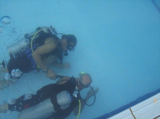 Ocean Club Hotel: taking diving class in the pool