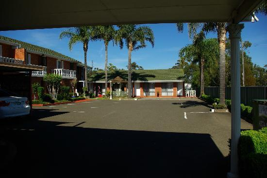 Avaleen Lodge Motor Inn: View of rooms from under car port area