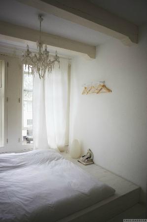 B & B 1680: White room