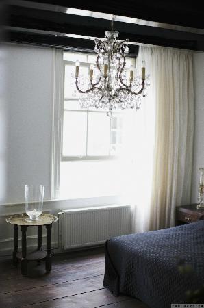 B & B 1680: Black&white room