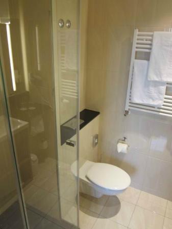 InterCityHotel Mannheim: Bathroom