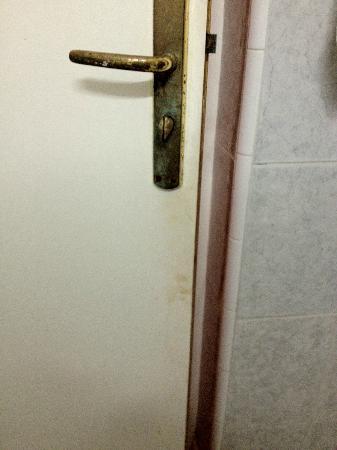 Al Jasira Hotel: Porta del bagno sporca e arrugginita