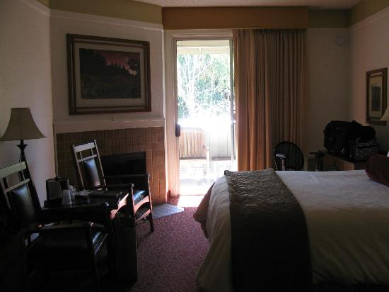 BEST WESTERN Sonoma Valley Inn & Krug Event Center: room with two beds, balcony and fireplace