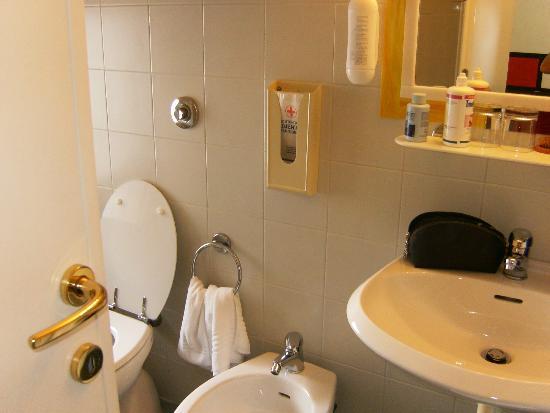 Hotel Cairoli : bagno della camera n 7