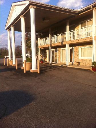 Americas Best Value Inn Ashtabula/Austinburg: Front Entrance