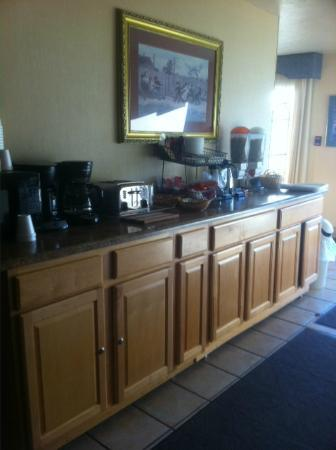 Americas Best Value Inn Ashtabula/Austinburg: Continental Breakfast area