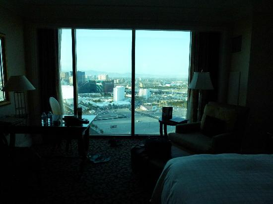 Four Seasons Hotel Las Vegas: Room with glasswall as a window