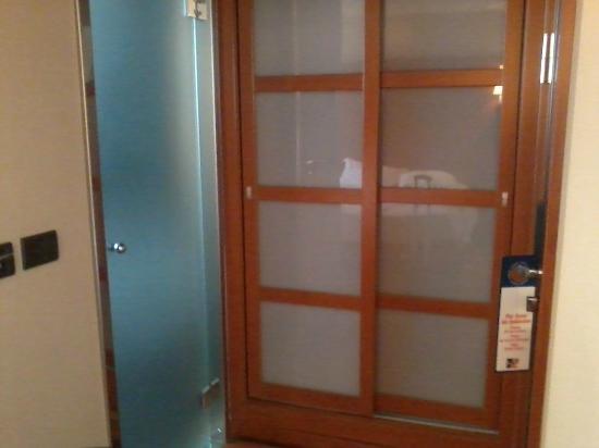 Hotel H2 Castellon: Puerta baño y armario
