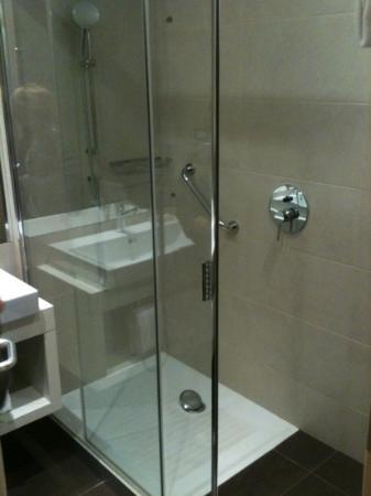 ฮิลตัน การ์เด้น อินน์ เวนิซ เมสเทรอ: shower area in the rooms