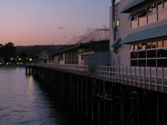 Seaway Inn: walk to nearby pier for restuarants