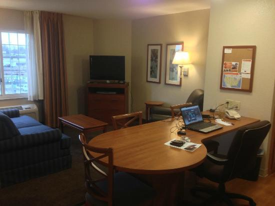 Candlewood Suites: Living area LCD TV