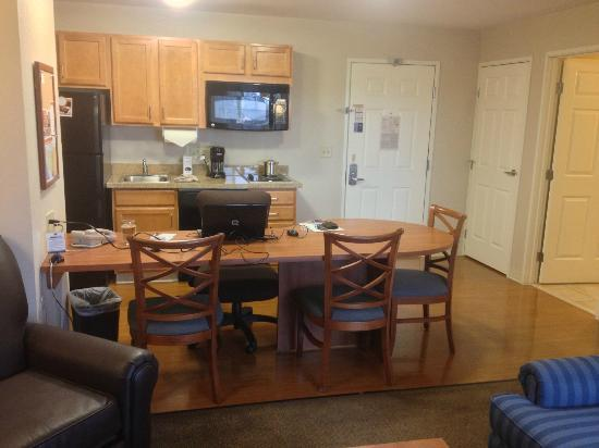 Candlewood Suites: Kitchen, entry, coat closet and desk/dining area