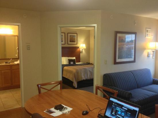 Candlewood Suites: Looking towards bedroom and bathroom from desk/dining area