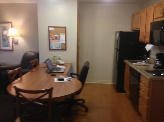 Candlewood Suites: Kitchen/desk/dining area