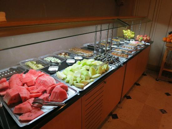 Ring Hotel: Il ricco buffet sezione frutta & dolci