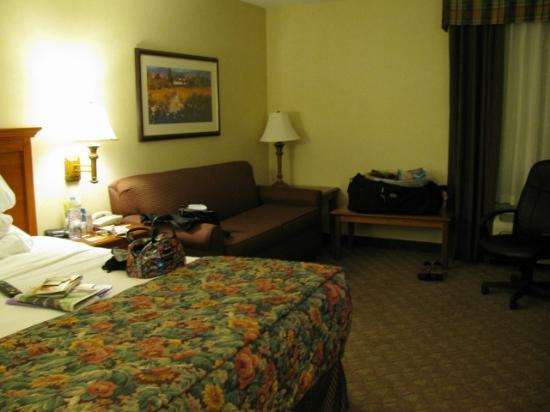 La Quinta Inn & Suites Paso Robles: large room - full sized sofa
