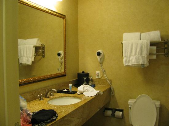 La Quinta Inn & Suites Paso Robles: good bathroom supplied real wine glasses