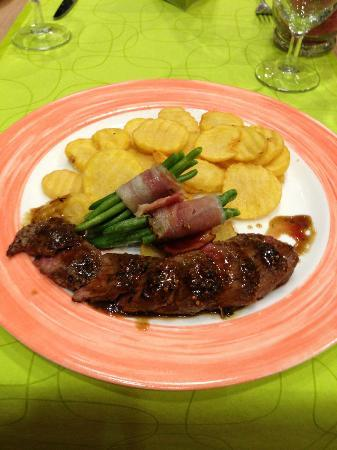 Hotel Ibis Wien Messe: Lamb was lovely, and crispy potatoes really nice
