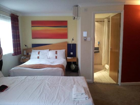 Holiday Inn Express Warwick - Stratford Upon Avon: View of bed and bathroom