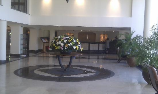 Porto Mare Hotel: Hotel Foyer and Flowers