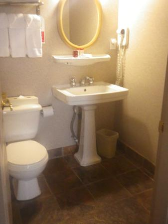 Ramada Limited Vancouver Downtown: Modern Bathroom