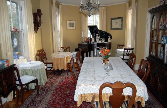 Spring Seasons Inn & Tea Room: Dining room