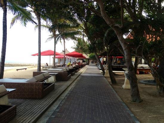 Puri Santrian: walk/bike path running along the beach in front of the hotel - great fir running