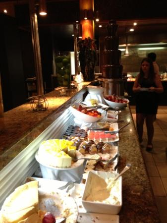 Novotel Twin Waters Resort: dessert buffet in Noveau.