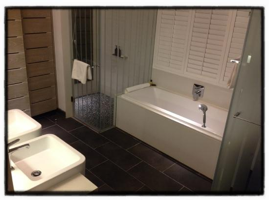 Long Beach Golf & Spa Resort: our extra large spotless bathroom