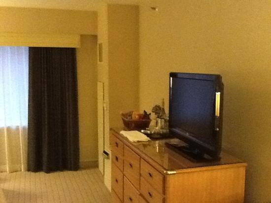 Sheraton Seattle Hotel: tv and dresser.