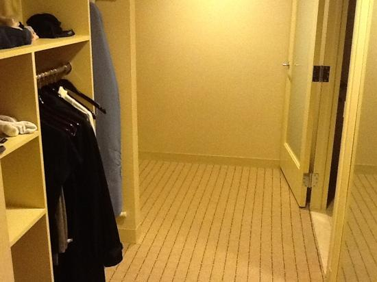 Sheraton Seattle Hotel: closet in accessible room