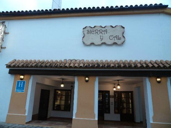 Hotel Sierra y Cal: Fachada y entrada del Hotel