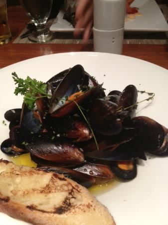 The Springs: Mussels in garlic/butter/wine.... w/herbs