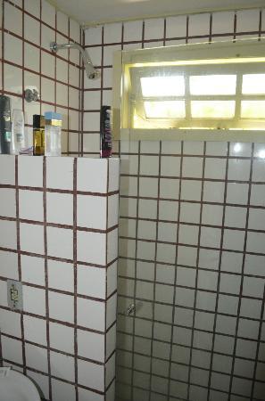 Pousada Casacolina: Banheiro.... descarga e pia não funcionaram direito