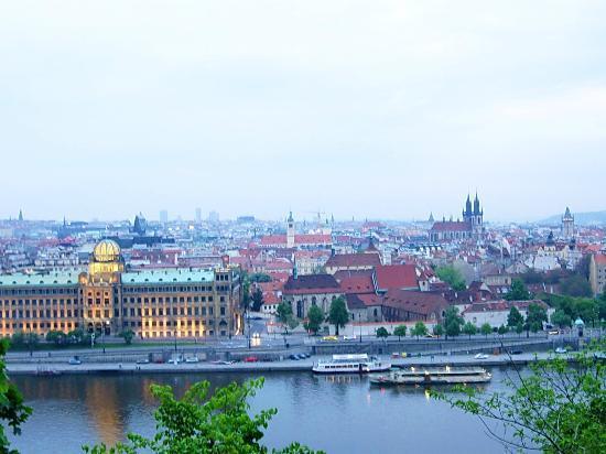 Hotel Belvedere: Вид на вечернюю Прагу с нашего холма