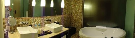 Azul Beach Hotel: Yummy and spacious bathrooms