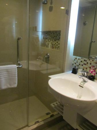 SilQ Bangkok Hotel: Spotless bathroom