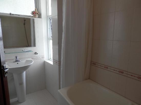 Amigo Hotel: Bathroom