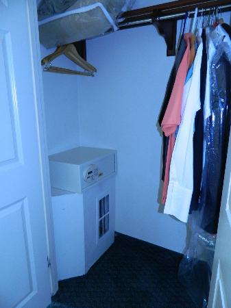 Hilton Garden Inn New York/Staten Island: Huge closet with safe inside