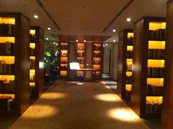 Park Hyatt Tokyo: Hallway on way to check-in