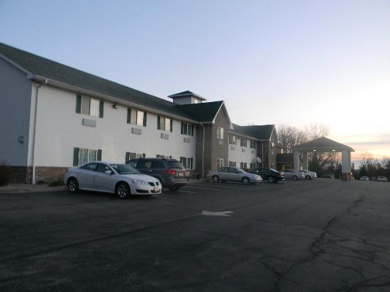 Savanna Inn & Suites : Hotel Front