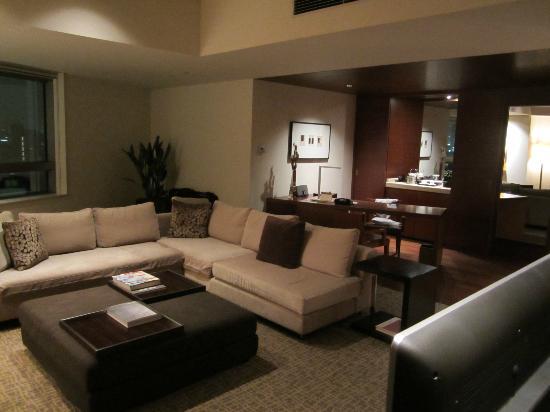 Grand Hyatt Tokyo: Living room area in suite