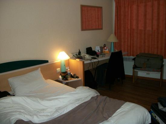 Ibis Brussels City Centre Hotel: Cama y mesa